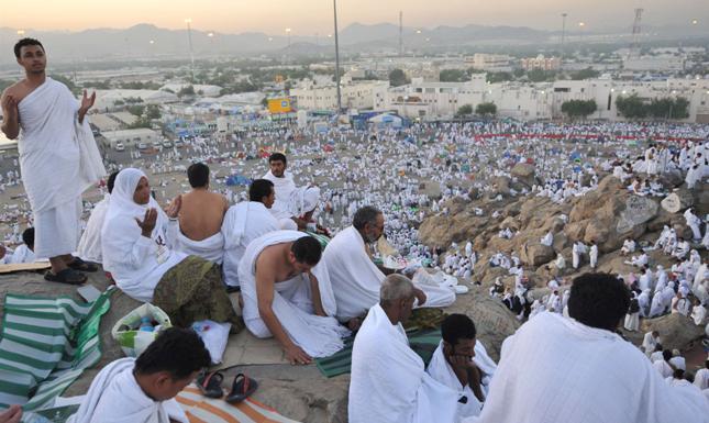 الوقوف على جبل عرفات يوم وقفة عرفة